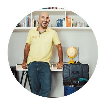 Carlos Willian Faria Com Sua Máquina de Cartão de Crédito e Débito, O Seu Lar em Ordem